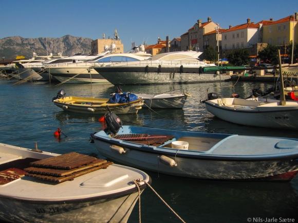 Kontrasten er stor i havnen i Budva.