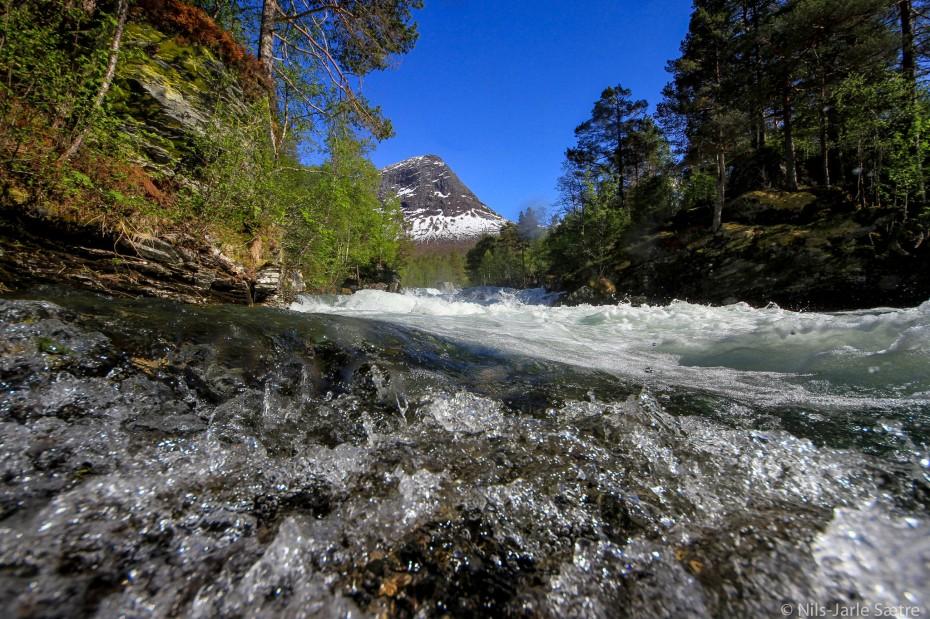 Vannet kommer rett imot i store mengder med stor fart på denne tiden av året.