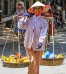 En blid og fornøyd kvinne på vei til markedet.
