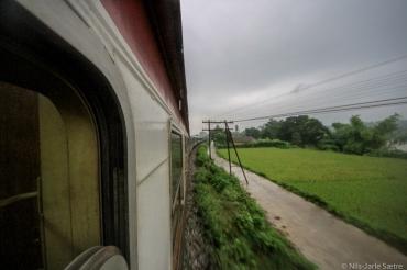 Toget mellom Hanoi og Sapa i Vietnam på en regnfull kveld.