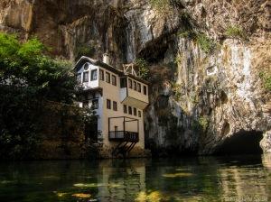 BlageJ Tekke ligger ved en 200 meter fgjellvegg og i hulen til høyre kommer elven Bula opp til overflaten.