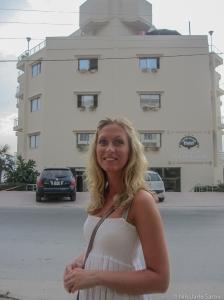 Karoline foran Sea Side Saranda Hotell. Et hotell med yppelig service.
