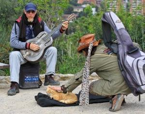 Gatemusikanter trenger også kjæledyr. Dagene kan jo bli lange...