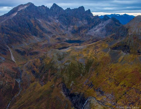 Utsikt mot Molladallen og Molladalstindene fra toppen av Middagshornet.