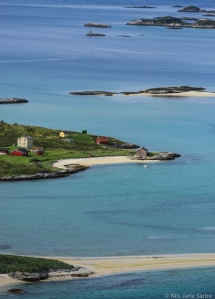 Bygningene ligger idyllisk til på Lille Sommerøya.