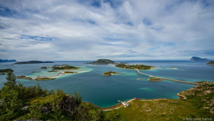 Utsikten mot Håja (helt til høyre), Lille Sommerøya, Sommerøya og Hillesøya i midten, Edøya oppe til venstre og Senja i det fjerne oppe til venstre.