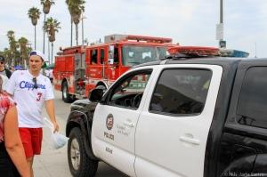 Både politi og brannvesen er godt synlig i gågata i Venice Beach.