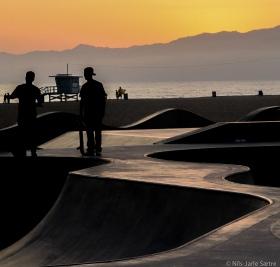 Skateboard ved stranda.
