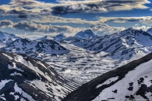 SNØDEKTE FJELL: I det fjerne flere fjelltopper på over 2.000 meter.